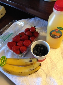 My all organic Sunday morning hotel room Breakfast in Austin courtesy of WF: orange juice, strawberries, blueberries and bananas. Deeeelicious :-)) Go RAW!